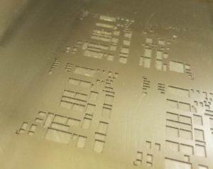 Многоуровневый трафарет с рельефными карманами для второго цикла печати